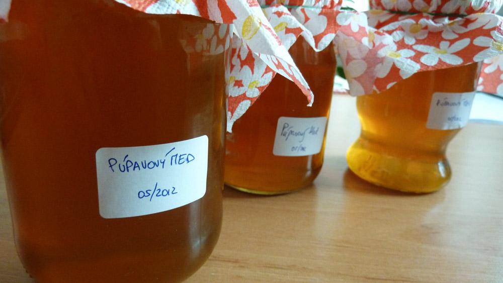 Púpavový med je síce trochu tekutejší, ale chutí tak ako má